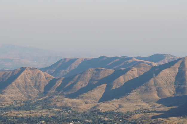 Wysoki kąt ujęcia scenerii wzgórz odbijających promienie słońca pod czystym niebem