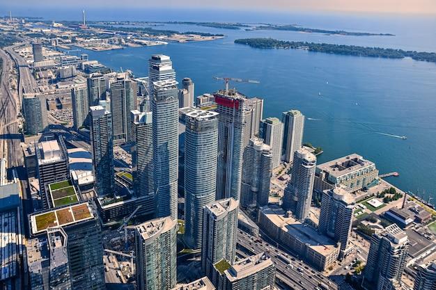 Wysoki kąt ujęcia wieżowców i budynków zarejestrowanych w toronto w kanadzie