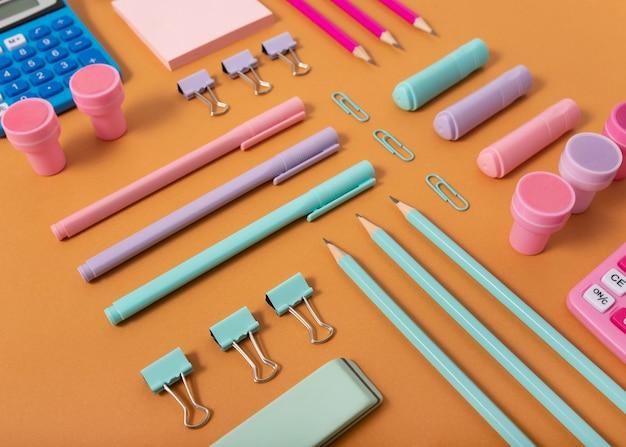 Wysoki kąt ustawienia biurka z kolorowymi długopisami