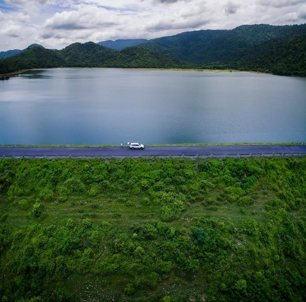 Wysoki kąt widok na jezioro i tamę w tajlandii
