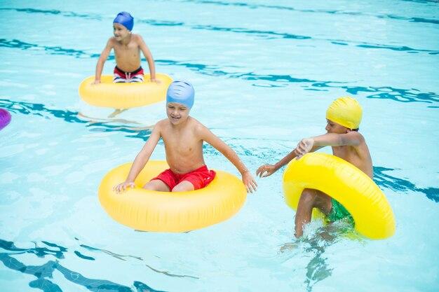 Wysoki kąt widzenia bez koszuli chłopców pływanie w basenie