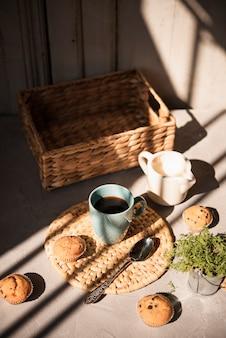Wysoki kąt widzenia filiżankę kawy z mlekiem