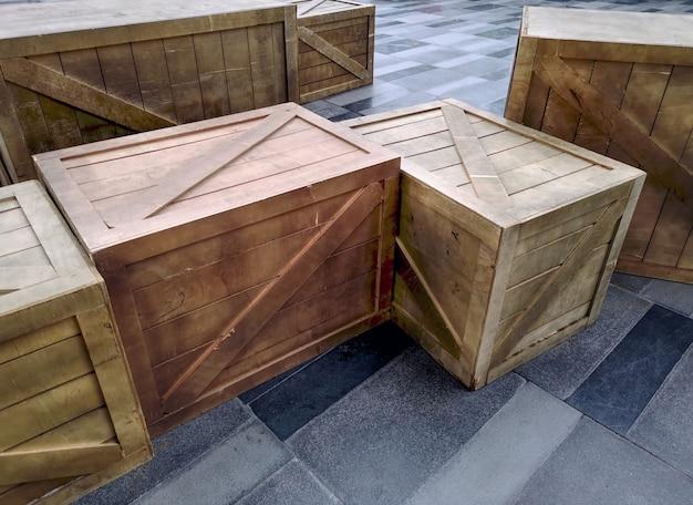 Wysoki kąt widzenia grupy drewnianych skrzynek