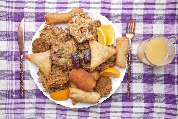 Wysoki kąt widzenia iftar na talerzu na stole podczas ramadanu