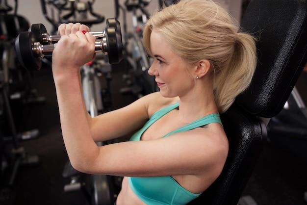 Wysoki kąt widzenia kobiety ćwiczeń