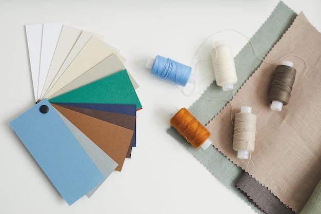 Wysoki kąt widzenia kolorowego wzoru i nici leżących na stole do szycia
