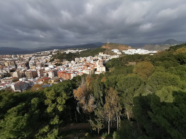 Wysoki kąt widzenia miasta malaga z zamku gibralfaro.