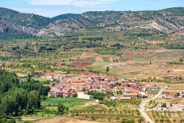 Wysoki kąt widzenia miasta w krajobrazie przyrody santo domingo de moya castillala mancha hiszpania