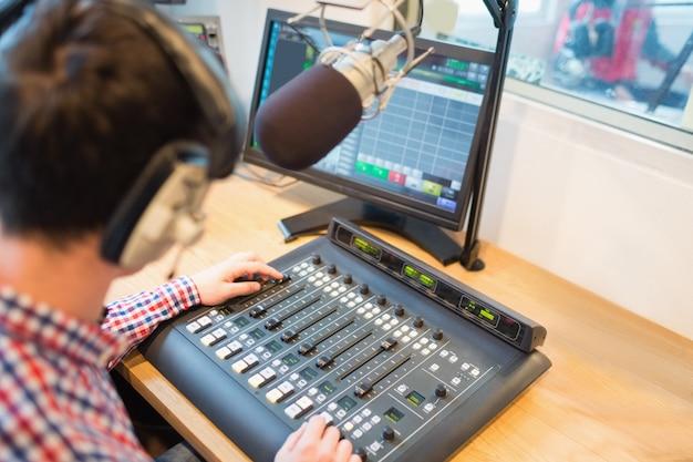 Wysoki kąt widzenia miksera dźwięku obsługującego radioodtwarzacz