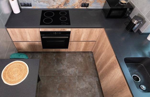 Wysoki kąt widzenia nowoczesnej, kompaktowej, wyposażonej kuchni