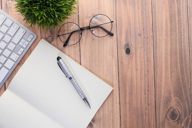 Wysoki kąt widzenia otwartego notatnika z klawiaturą na stole.