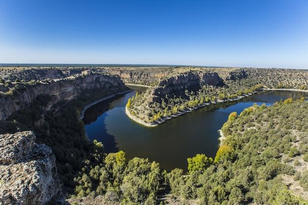 Wysoki kąt widzenia parku przyrody hoces del duraton w segowii, hiszpania