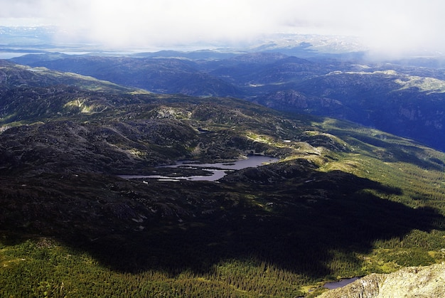 Wysoki kąt widzenia pięknego krajobrazu w tuddal gaustatoppen, norwegia