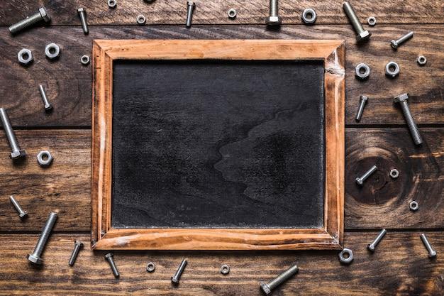 Wysoki kąt widzenia puste łupek otoczony śruby i nakrętki