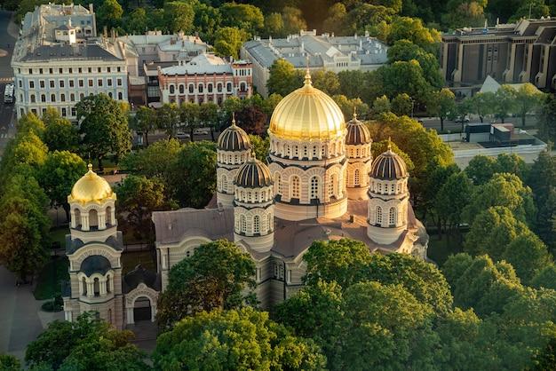 Wysoki kąt widzenia rosyjskiego kościoła prawosławnego o zachodzie słońca w rydze, łotwa