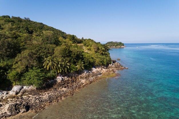 Wysoki kąt widzenia tropikalne wybrzeże morza i góry położone w phuket tajlandia widok z lotu ptaka dron z góry na dół niesamowity krajobraz z widokiem na przyrodę piękna powierzchnia morza.