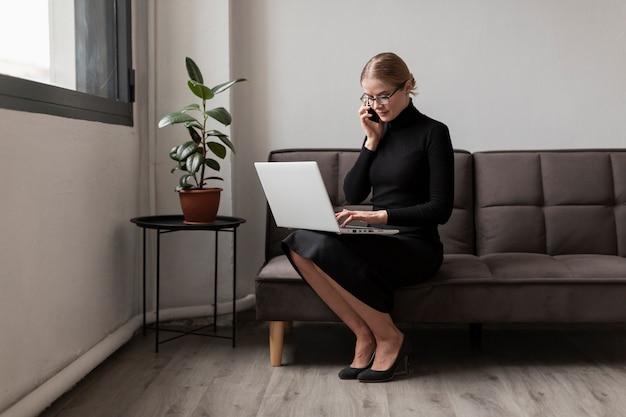 Wysoki kąt zajęty kobieta rozmawia przez telefon