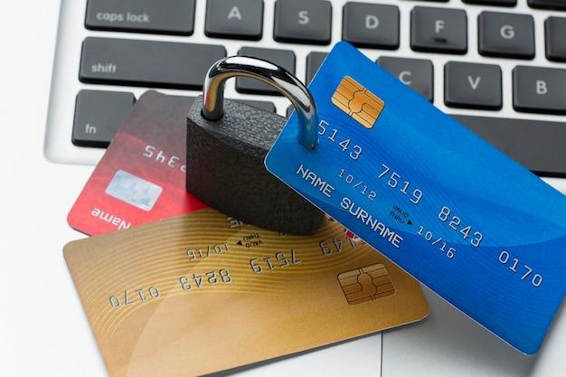 Wysoki kąt zamka z kartami kredytowymi na laptopie