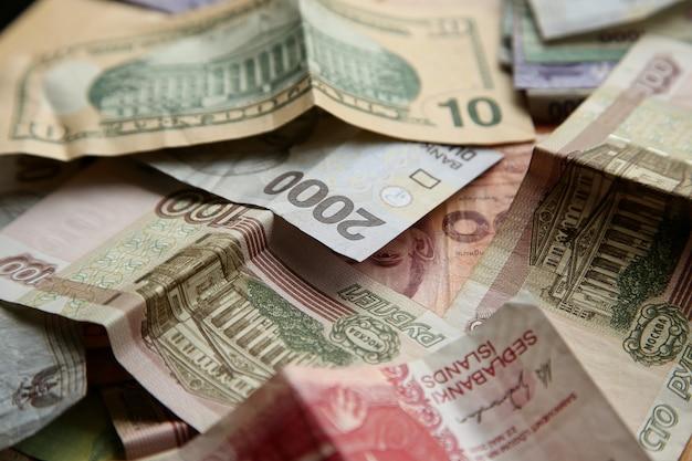 Wysoki kąt zbliżenie strzału stos banknotów na powierzchni drewnianych