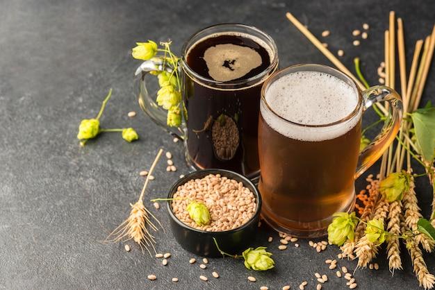 Wysoki kąt ziarna pszenicy i kufle do piwa