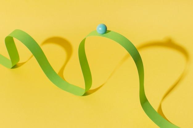 Wysoki kąt zielona wstążka z kulką