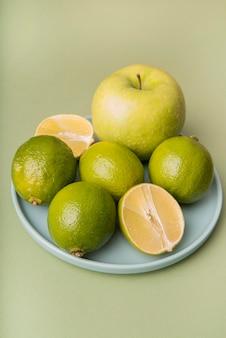 Wysoki kąt zielone owoce na talerzu