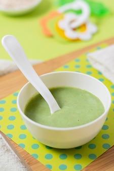 Wysoki kąt zielony domowe jedzenie dla niemowląt