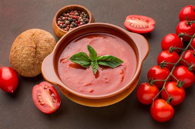 Wysoki kąt zimowej zupy pomidorowej w misce z chlebem