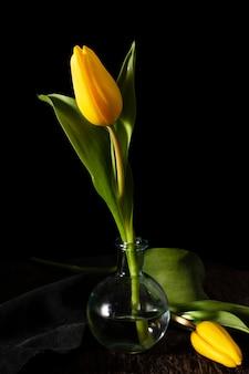 Wysoki kąt żółty tulipan w wazonie
