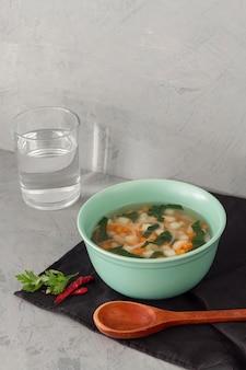 Wysoki kąt zupa z białej fasoli z chili