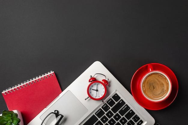 Wysoki kąta widok biznesmena biurko z organizatorem, piórem, szkłami i laptopem.