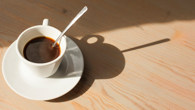 Wysoki kąta widok smakowita kawy espresso kawa na drewnianej powierzchni
