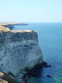 Wysoki klif na morzu czarnym na krymie