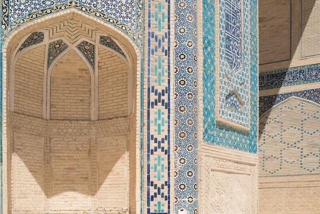 Wysoki łuk z tradycyjnymi wschodnimi ornamentami starożytne budynki azji buchara uzbekistan