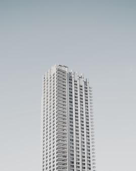 Wysoki pojedynczy biznes budynek na białym tle