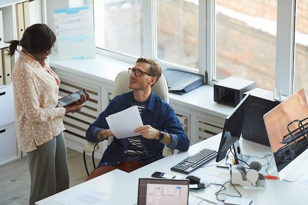 Wysoki portret dwóch programistów it omawiających projekty podczas pracy nad oprogramowaniem i aplikacjami mobilnymi biuro, kopia przestrzeń