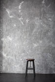 Wysoki stołek na szarym tle z miejsca kopiowania tekstu