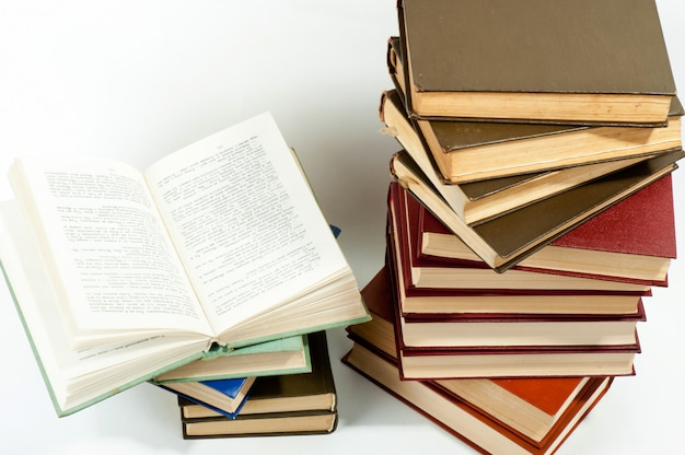 Wysoki stos książek