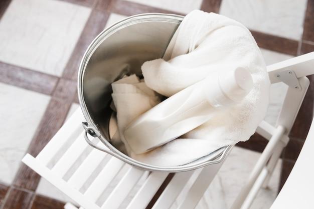 Wysoki widok białe ręczniki w koszu na bieliznę