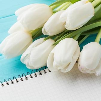 Wysoki widok bukiet kwiatów tulipanów z bliska