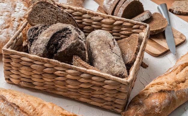 Wysoki widok chleba w koszu