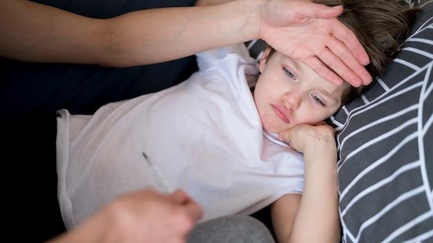 Wysoki widok chore dziecko z gorączką