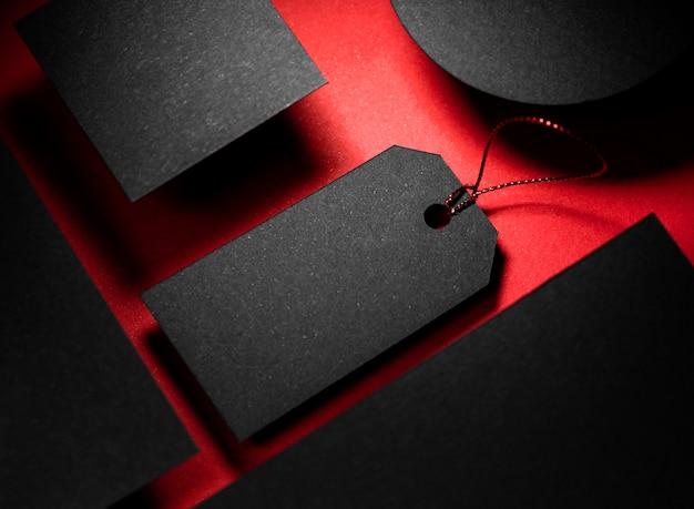 Wysoki widok czarnej kopii miejsca z ceną i abstrakcyjne kształty