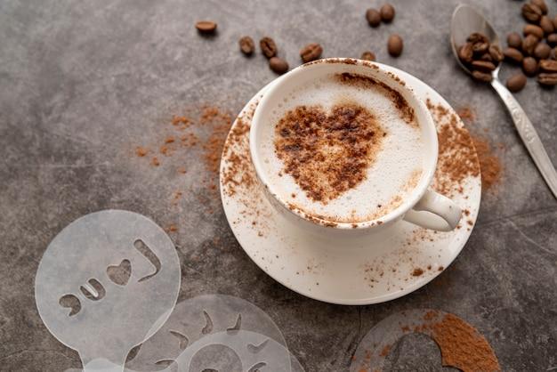 Wysoki widok filiżanka kawy z sercem
