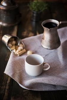 Wysoki widok filiżankę kawy i czajnik