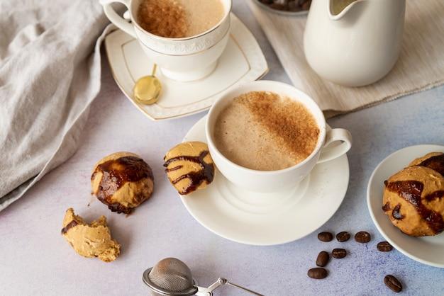 Wysoki widok filiżanki kawy i słodyczy