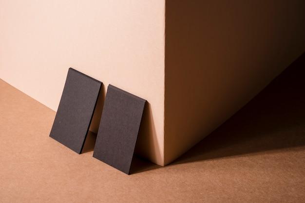 Wysoki widok firmowych wizytówek oparty o ścianę