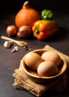 Wysoki widok jaj i warzyw