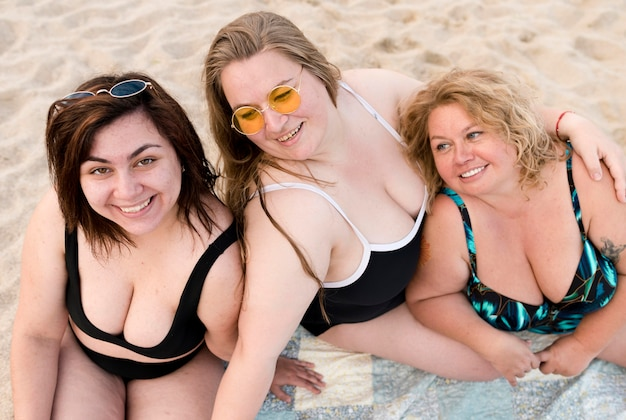 Wysoki widok kobiet plus size w kostiumie kąpielowym