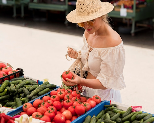 Wysoki widok kobiety za pomocą ekologicznej torby na warzywa